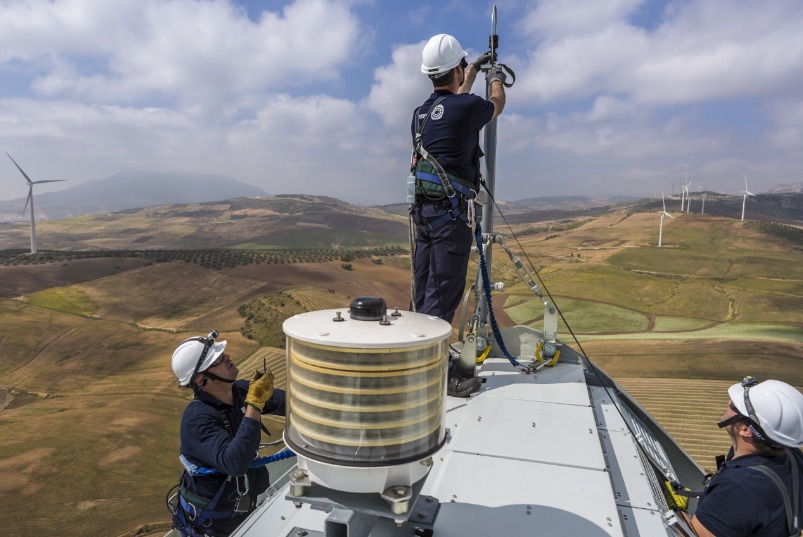 men-installing-turbines Gamesa To Provide Maintenance Services For 69 MW Wind Complex